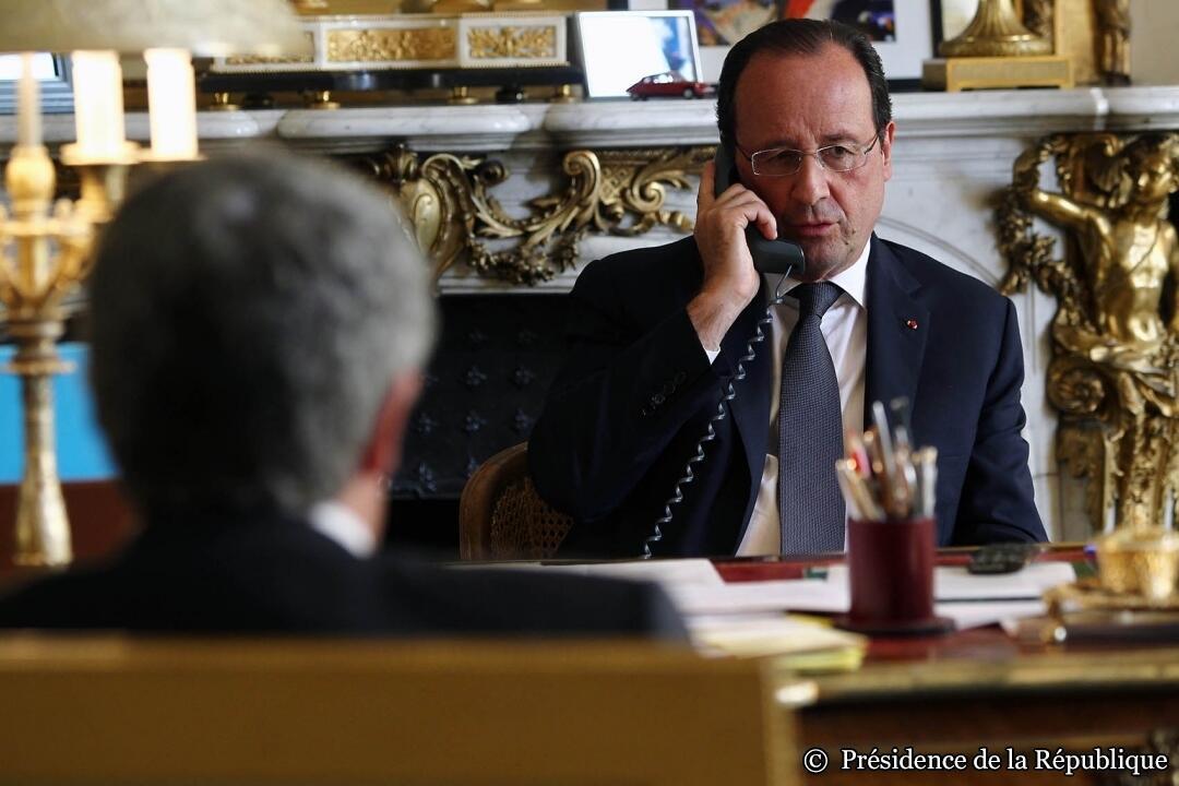 Shugaban kasar Faransa, Francois Hollande yana zantawa ta wayar Tarho