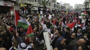 Wapalestina wakiandamana kupinga mpango wa amani wa Marekani kwa Mashariki ya Kati Februari 11, 2020 katika mji wa Ramallah.