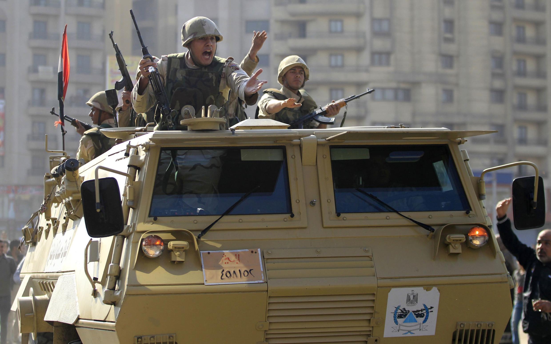 L'armée s'est déployée au Caire et dans les grandes villes du pays. Ici à Matariya, dans la banlieue du Caire, où il y a eu des accrochages avec les partisans de l'ancien président Mohamed Morsi, le 28 novembre 2014.