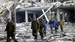 Una comisión, incluyendo miembros de la Organización para la Seguridad y la Cooperación en Europa (OSCE), visita los restos del aeropuerto de Donetsk, 4 de abril de 2015.