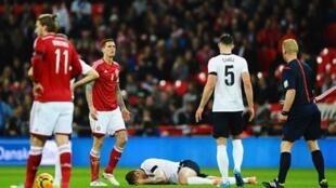 Kiungo wa klabu ya Arsenal Jack Wilshere akiwa chini baada ya kuumia