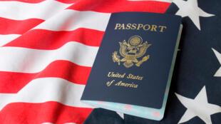 Bandeira e passaporte dos Estados Unidos que introduziram este 21 de janeiro novo sistema de vistos a estrangeiros