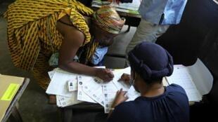 Opération de distribution des cartes électorales, à Abidjan, Côte d'Ivoire, le 14 octobre 2020.