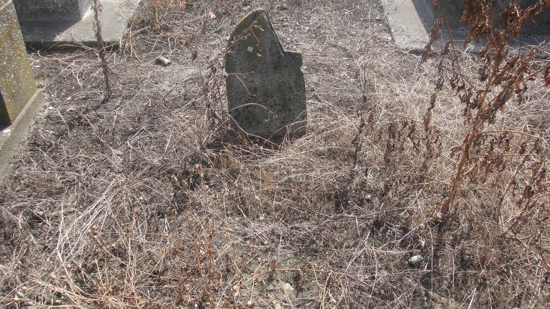 Разрушенное надгробие в сектор 5 bis
