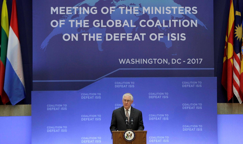 Le secrétaire d'Etat américain Rex Tillerson, face aux ministres des Affaires étrangères de la coalition anti-jihadistes, à Washington, le 22 mars 2017.