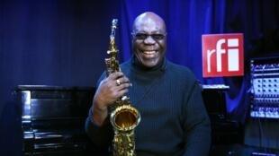 Ce 12 décembre, Manu Dibango fête sur RFI son 80e anniversaire.