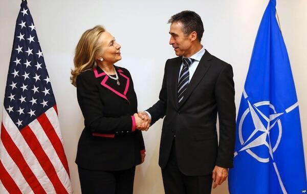Waziri wa mambo ya nje wa Marekani Hillary Clinton (kushoto) akisalimiana na katibu mkuu wa majeshi ya NATO, Anders Fogh Rasmussen