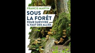 Couverture du livre «Sous la forêt» de Francis Martin.