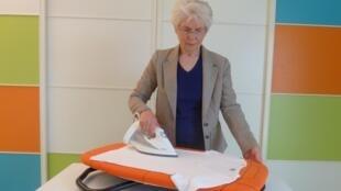 A mesa de passar roupa rotativa é uma das novidades apresentadas este ano no Salão Internacional das Invenções de Genebra.