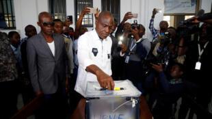 Martin Fayulu, candidat à la présidence de l'opposition commune congolaise, a voté dans un bureau de vote à Kinshasa, le 30 décembre.