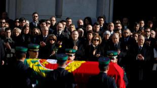 """Milhares de portugueses de luto se despediam nesta segunda-feira de Mario Soares, considerado o """"pai da democracia"""", cujo caixão percorreu as principais ruas de Lisboa sob os aplausos da multidão."""