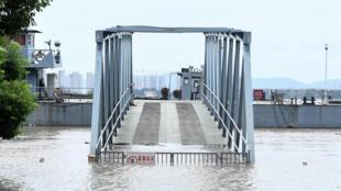 中国南方豪雨引致长江洪讯加压。