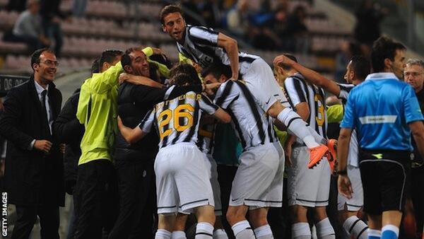 Wachezaji wa timu ya Juventus wakishangilia ubingwa