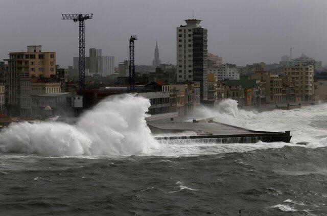 Ondas em Havana provocadas pela passagem do furacão Irma neste sábado