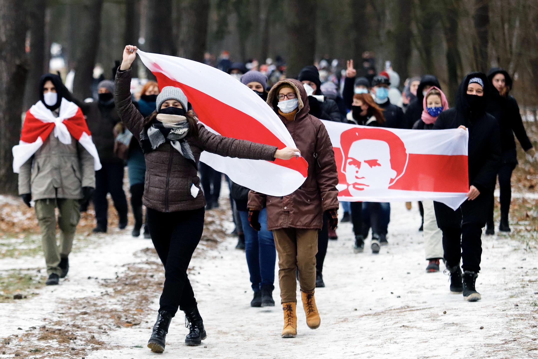 Simpatizantes de la oposición con antiguas banderas bielorrusas (blanca, roja y blanca) se manifiestan contra el resultado de las últimas elecciones presidenciales el 13 de diciembre de 2020 en Minsk
