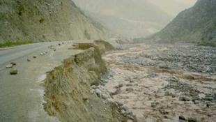 Route emportée au Pérou lors de pluies diluviennes durant le El Niño de l'hiver 1997-98.