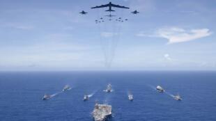 Tàu sân bay USS Ronald Reagan và hải đội tác chiến cùng oanh tạc cơ B-52 của Không Quân và chiến đấu cơ F/A 18 của Hải Quân, trên biển Philippines, trong cuộc tập trận Valiant Shield 2018 ngày 17/09/2018.
