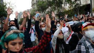 Des manifestants contre la destitution de l'ex chef de l'État péruvien Martin Vizcarra dans les rues de Lima, le 10 novembre 2020.