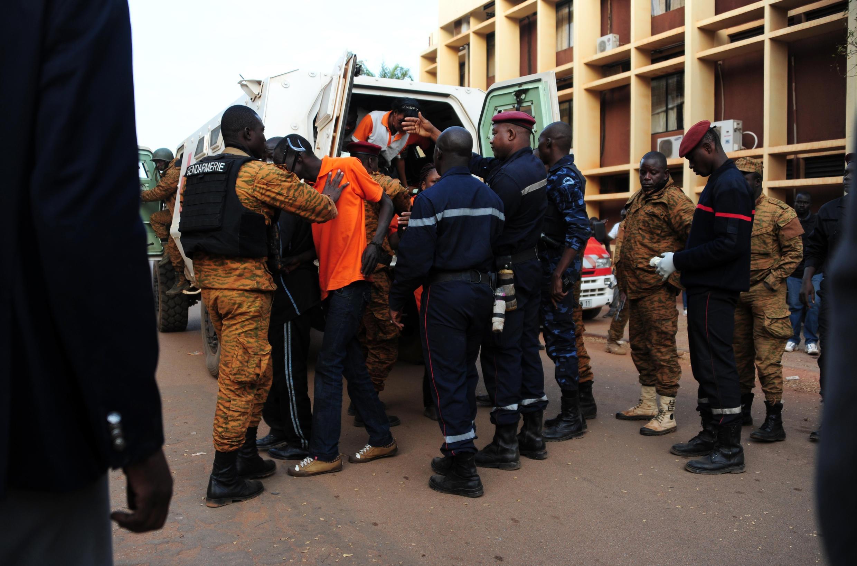 Les otages libérés sont installés dans des ambulances, à Ouagadougou, ce 16 janvier 2016.