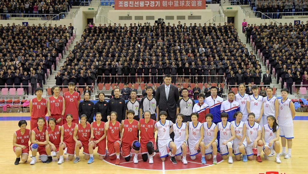 Đội tuyển bóng rổ Bắc Triều Tiên và Trung Quốc cùng với cựu ngôi sao bóng rổ NBA, Diêu Minh tại Bình Nhưỡng, ngày 09/10/2018.