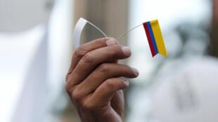 Le drapeau blanc de la paix, et le drapeau jaune, bleu, rouge de la Colombie. Marche à Bogota, le 15 novembre 2016.