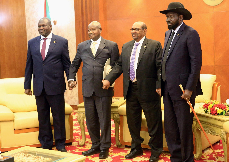 Le leader rebelle Riek Machar (à gauche) et le président sud-soudanais Salva Kiir (à droite) lors des négociations à Karthoum avec le président ougandais Museveni et le président soudanais el-Béchir (au centre), le 25 juin.