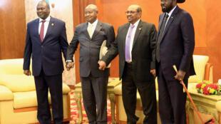 Le leader rebelle Riek Machar (à gauche) et le président sud-soudanais Salva Kiir (à droite) lors des négociations à Khartoum avec le président ougandais Museveni et le président soudanais el-Béchir (au centre), le 25 juin 2018.