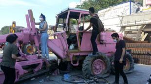 Un commando repeint les engins de chantier qui avait entamé la destruction du Parc Gezi.