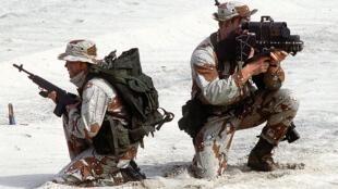 Deux membres de l'équipe de SEAL, pendant une démonstration pour la 14e Conférence interaméricaine navale.
