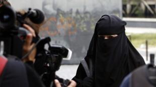O projeto de lei apresentado pelo governo francês que proíbe o uso do véu integral em espaços públicos deve começar a ser votado nesta terça-feira.