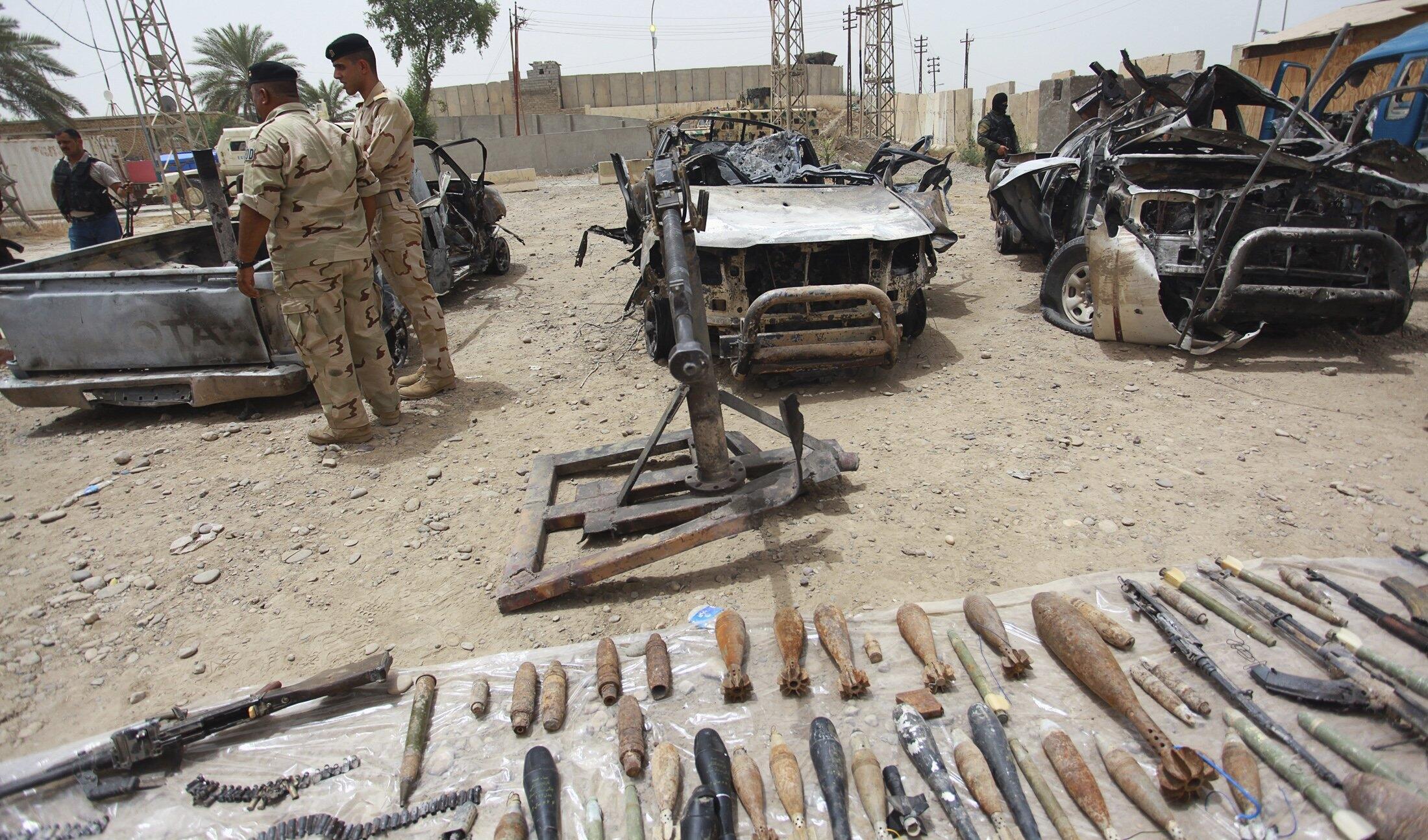 Автомобили и оружие, конфискованные у боевиков Исламского государства Ирака и Леванта в Самарре 06/06/2014