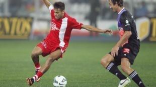 """O atacante Neymar e o defesa uruguaio Diego Lugano, 2 de julho de 2013, durante partida amistosa do """"Duelo de Gigantes""""."""