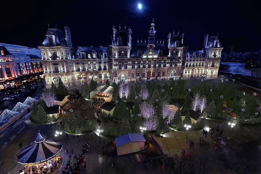A prefeitura de Paris organiza este ano eventos como projeções à beira do Rio Sena além da tradicional pista de patins e o mercado de Natal no centro de Paris.