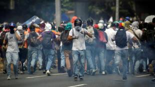 Wafuasi wa upinzani wakati wa makabiliano na vikosi vya usalama Aprili 26, 2017 katika mji wa Caracas, Venezuela.