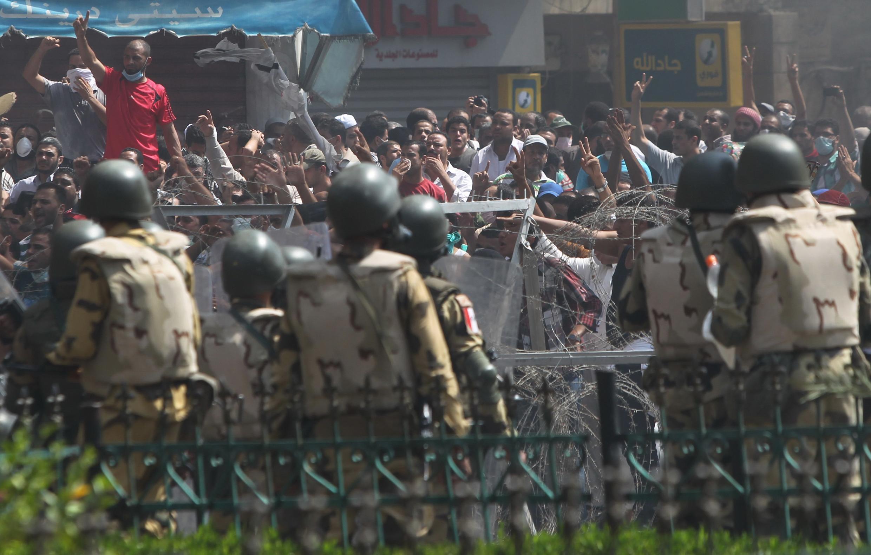 Des partisans de la confrérie face à l'armée égyptienne, le 14 août 2013 au Caire.