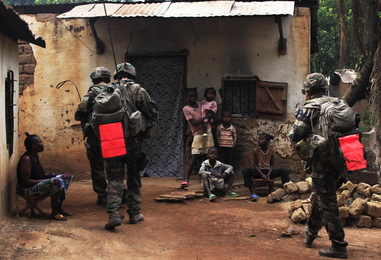Soldados franceses patrulham vizinhanças de Bangui, na República Centro-Africana, nesta quinta-feira, 26 de dezembro de 2013.