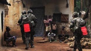 Soldats français en patrouille à Bangui, le 26 décembre. Le sommet de Ndjamena pourra-t-il initier un début de sortie de crise en RCA?