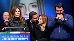Candidata da extrema direita, Lucia Borgonzoni, na reta final da campanha, durante comício entre Matteo Salvini (d) e Silvio Berlusconi (e)