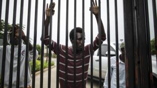 A Bujumbura, 200 étudiants burundais se sont introduits dans l'enceinte de l'ambassade américaine pour y chercher refuge, le 25 juin 2015.