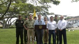 O presidente da Colômbia, Juan Manuel Santos (ao centro), cercado pela cúpula militar na base de Cali, em 15 de abril de 2015.
