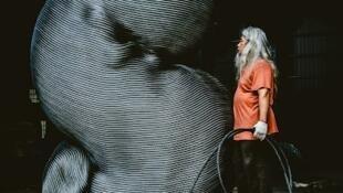 台湾艺术家康木祥和他的钢雕作品。