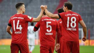 Le milieu du Bayern, Leon Goretzka (d), félicité par son homologue Ivan Perisic pour son but lors du match de Bundesliga face à Francfort, à Munich, le 23 mai 2020