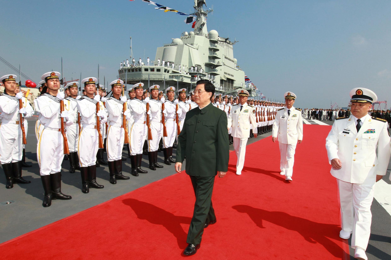 Chủ tịch Trung Quốc Hồ Cẩm Đào (G) lên thăm tàu sân bay Liêu Ninh tại căn cứ hải quân Đại Liên, 25/09/2012