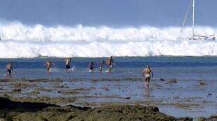 26 décembre 2004 sur la plage thaïlandaise de Hat Rai Lay Beach : les touristes regagnent en courant le bord de la plage alors que la vague du tsunami s'apprête à déferler sur les côtes du sud de la Thaïlande.