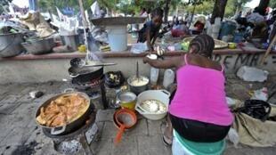 Cinq jours après le séisme, la vie quotidienne essaye de s'organiser tant bien que mal à Port-au-Prince.