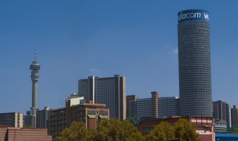 La tour Ponte City (à droite), dans le quartier Hillbrow de Johannesburg, en Afrique du Sud.