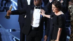 Барри Дженкинс и его продюсер Адель Романски – победители 89-й церемонии Оскар