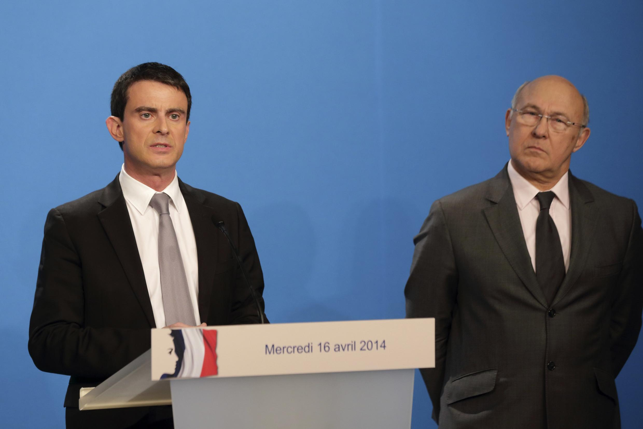 Prime Minister Manuel Valls (L) and Finance Minister MIchel Sapin announce their plans to tackle France's economic problems