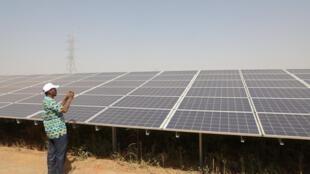 Des panneaux qui composent la centrale solaire de Zaktouli, près de Ouagadougou.