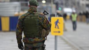 Soldado protege a sede do Conselho Europeu, em Bruxelas.